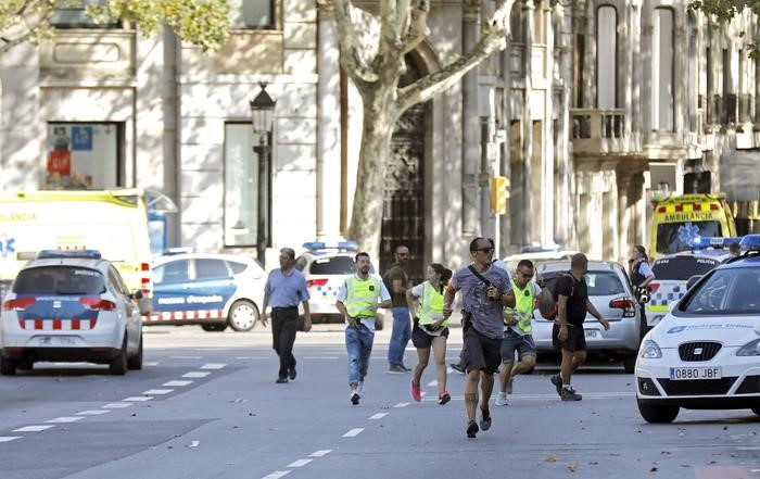 BARCELONA TOURISTS RUNNING AWAY FROM TERRORISTS