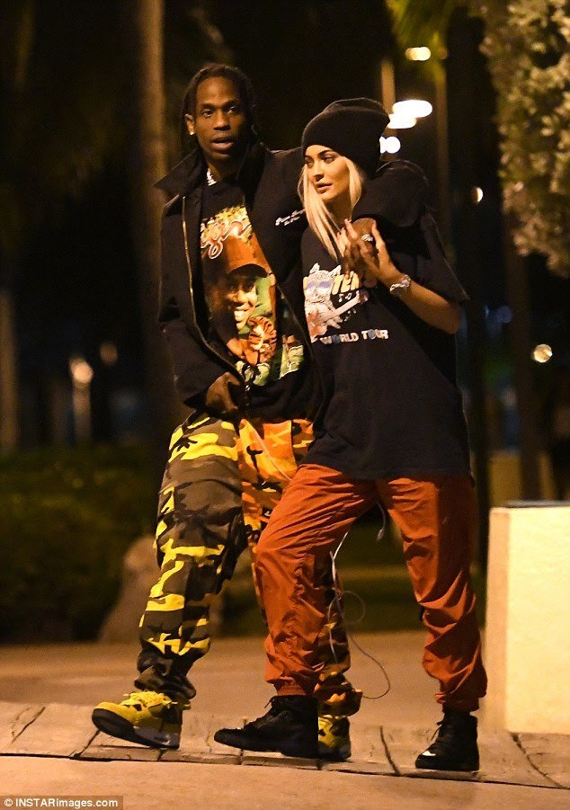 KYLIE JENNER & TRAVIS SCOTT WALKING