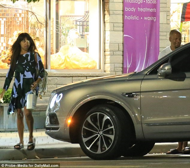 WENDY`S HUSBAND KEVIN HUNTER WITH HIS MISTRESS, SHARINA HUDSON, STANDING BY HIS CAR.png