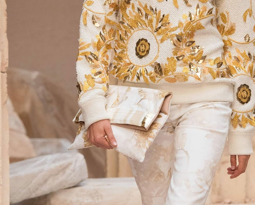 CHANEL CRUISE SS18 GREECE RUNWAY INSPIRED CLUTCH HANDBAG AND GOLDLEAF ENCRUSTED WHITE AND GOLD OUTFIT
