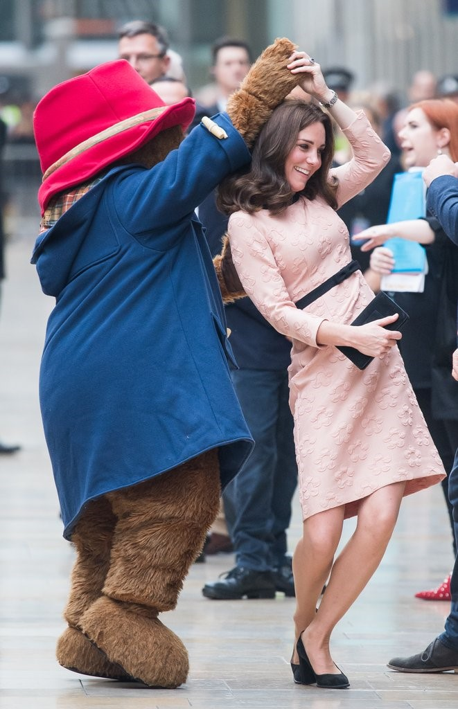 QUEEN ELIZABETH AND PRINCE WILLIAM WITH KATE MIDDLETON DANCING WITH PADDINGTON BEAR